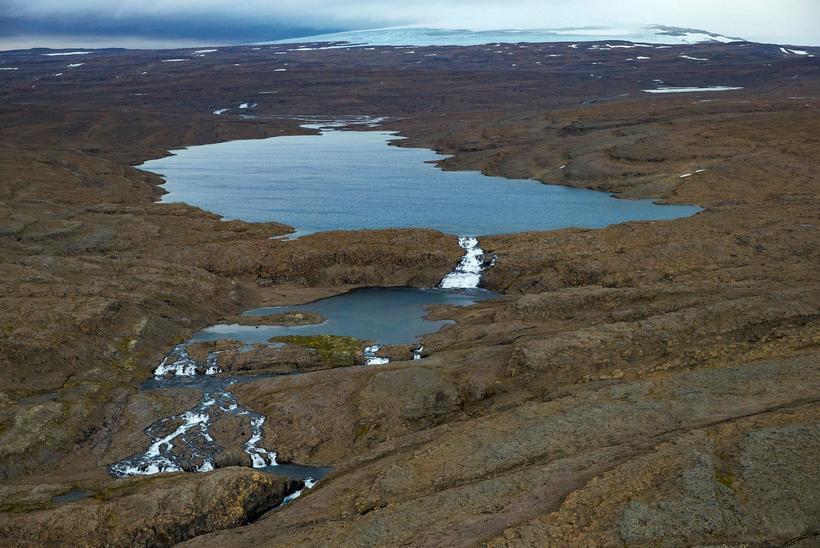 Nyrðra-Eyvindarfjarðarvatn yrði stíflað og þar gert uppistöðulón. Drangajökull sést í ...