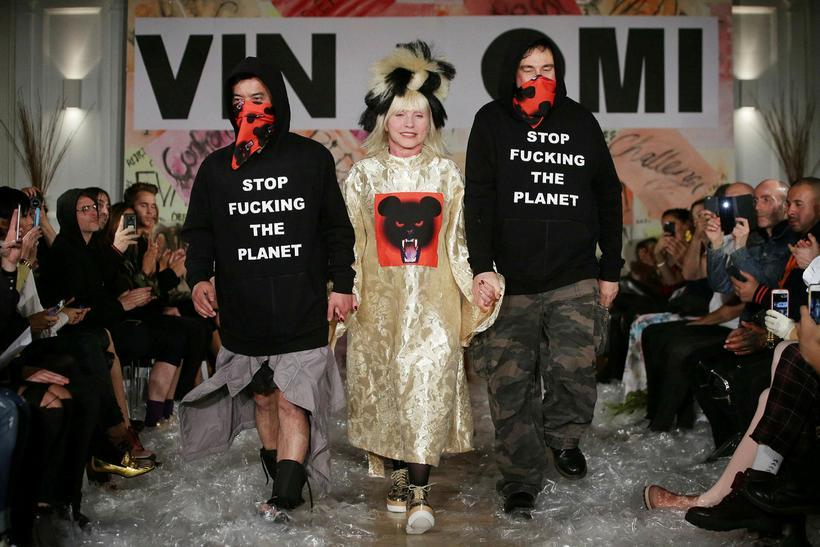 Bandaríska söngkonan Debbie Harry, einn stofnenda nýbylgjuhljómsveitarinnar Blondie, ásamt hönnuðunum ...