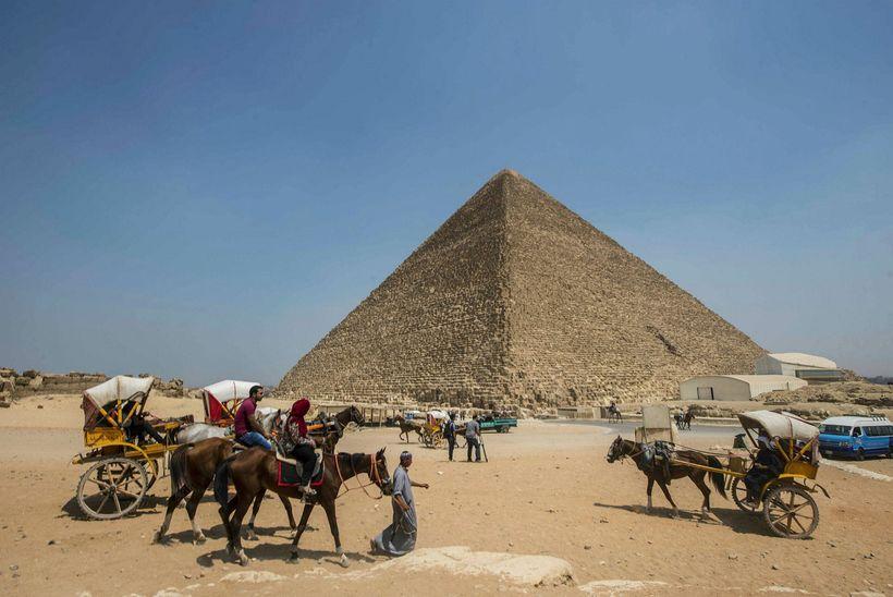 Píramídi Khufu er vinsæll viðkomustaður ferðamanna í Giza.