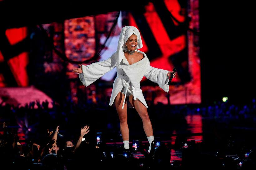 Rita Ora kom fram í styttri baðslopp.