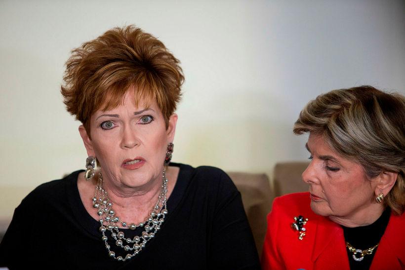 Beverly Young Nelson ásamt lögmanni sínum, Gloria Allred, á fundi ...