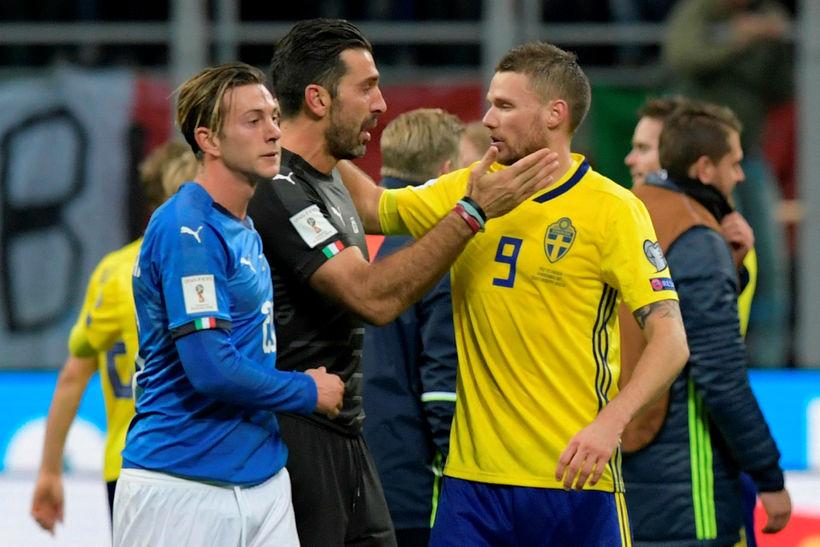 Gianluigi Buffon óskar Marcus Berg til hamingju með sætið eftir ...