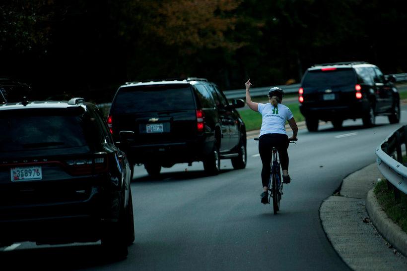 Myndin fræga þar sem Juli Briskman sendir Trump fingurinn.