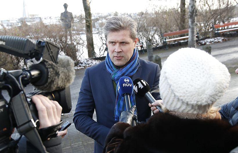 Bjarni Benediktsson, formaður Sjálfstæðisflokksins, mætir í ráðherrabústaðinn.