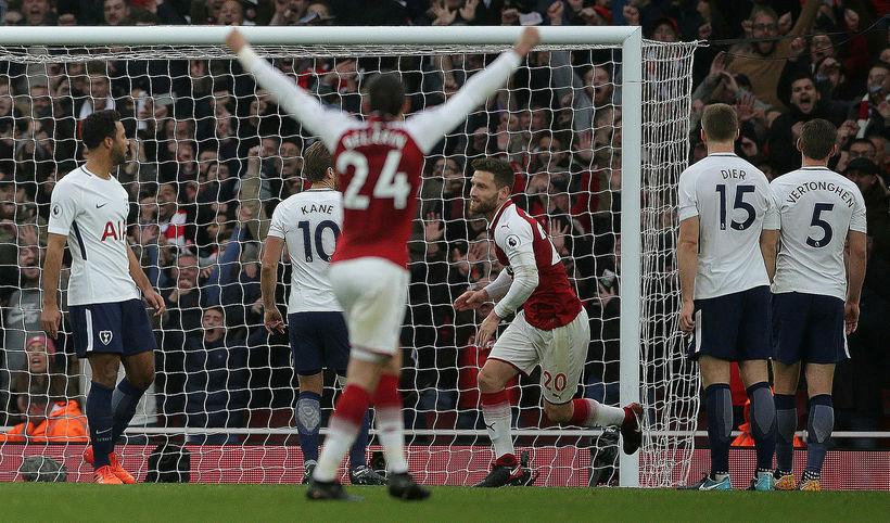 Shkodran Mustafi að koma Arsenal yfir.