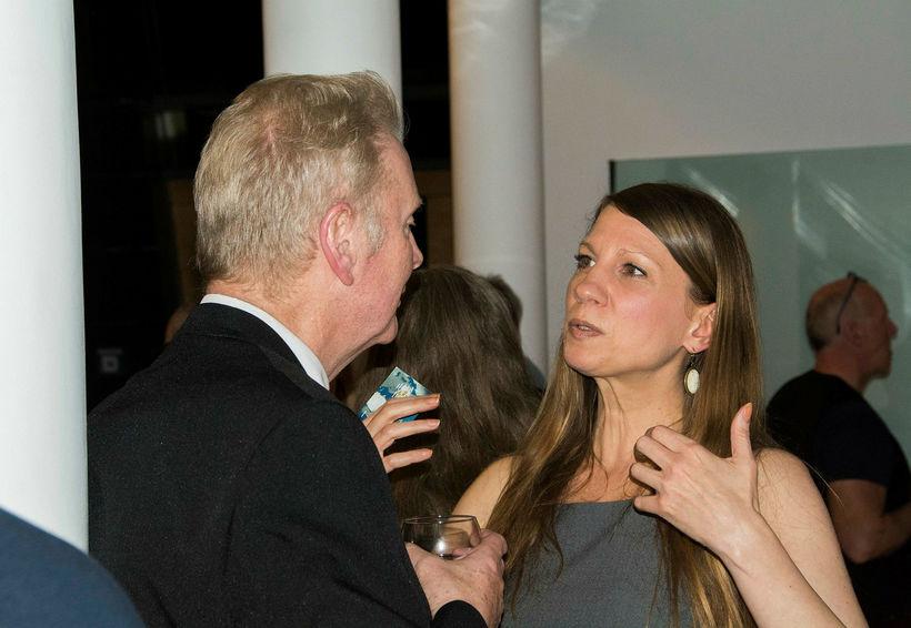 Arthúr Björgvin ræðir við Stephanie Schneider frá listviðburðafyrirtækinu ART at ...