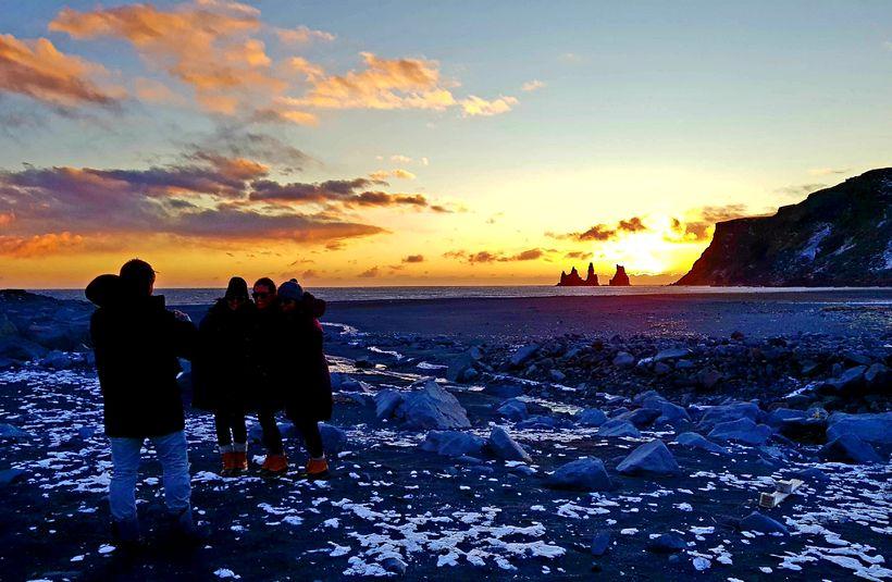 Ferðmenn í rokinu í Víkurfjöru í dag.