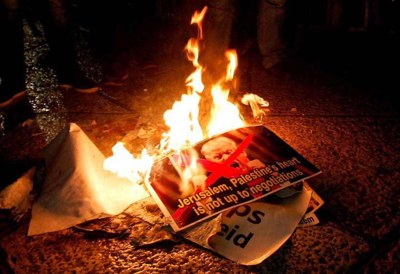 Palestínskir mótmælendur brenna myndir af Donald Trump Bandaríkjaforseta.