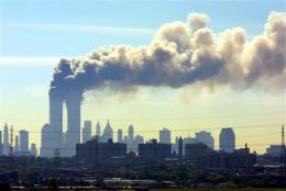 Reyk leggur frá turnum World Trade Center í New York ...