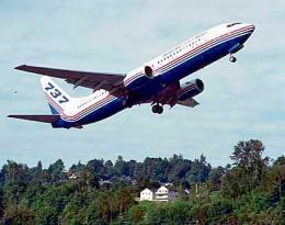 737-800 þota í flugtaki frá flugvelli Boeing í Seattle.