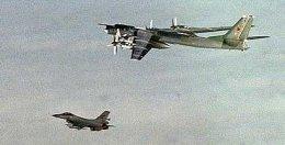 Norsk F-16 þota fylgir rússneskri Tu-95 sprengjuvél í júlí.