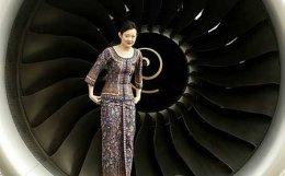 Flugfreyja Singapore Airlines steig upp í hreyfil A380 við kynningu ...