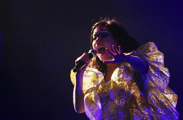Björk á tónleikum utan við óperuhúsið í Sydney.