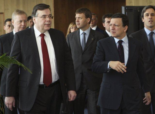 Geir H. Haarde sést hér ganga með Jose Manuel Barroso, ...