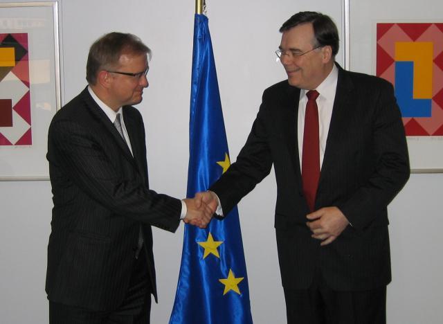 Geir H. Haarde tekur hér í hönd Olli Rehn, sem ...