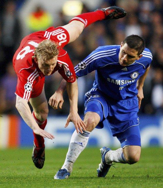 Frank Lampard og Dirk Kuyt í baráttunni á Stamford Bridge ...