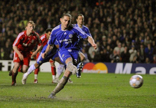 Frank Lampard kemur Chelsea í 2:1 með marki úr vítaspyrnu.