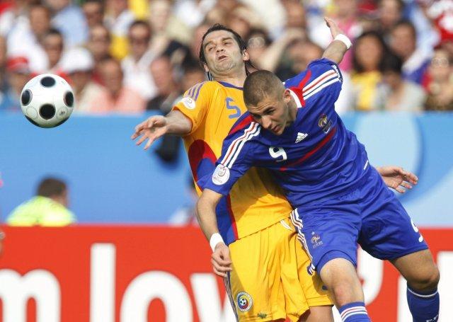 Cristian Chivu, varnarmaður Rúmena, og Karim Benzema, framherji Frakka, eigast ...