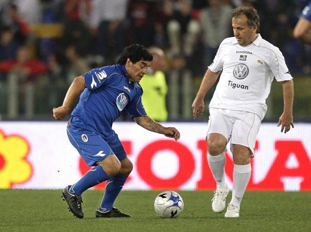 Zico, til hægri, hefur gætur á Diego Maradona í góðgerðaleik ...