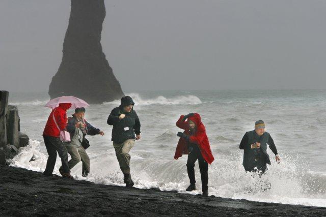 Ferðamenn hafa margir átt fótum fjör að launa í Reynisfjöru.