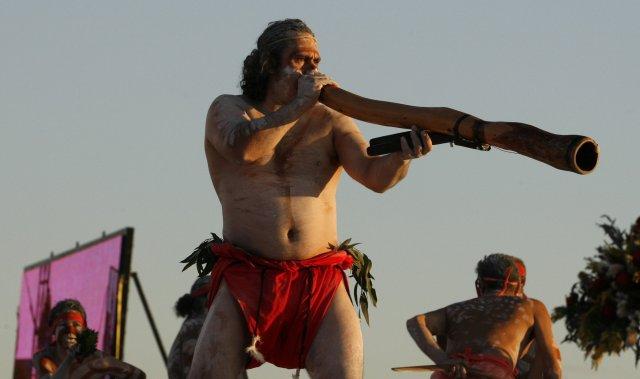 Ástralskur frumbyggi leikur á didgeridoo.