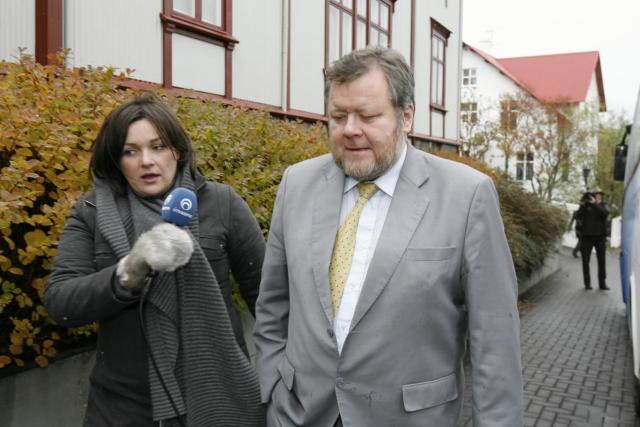 Össur Skarphéðinsson, iðnaðarráðherra, yfirgefur Ráðherrabústaðinn eftir langa fundarsetu helgina 4.-5. ...