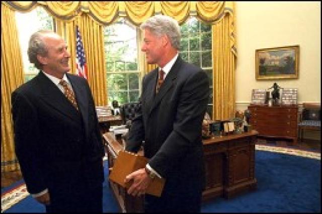 Jón Baldvin Hannibalsson afhendir Bill Clinton Íslendingasögurnar í Hvíta húsinu.