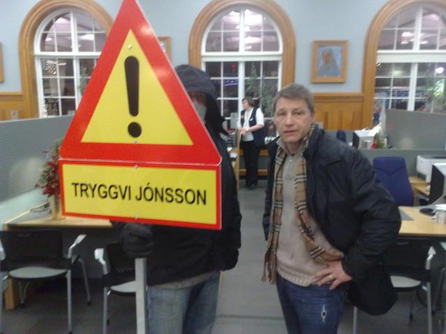 Jón Gerald Sullenberger við mótmælaskilti gegn Tryggva Jónssyni í gær.