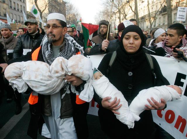 Frá mótmælafundi stuðningsmanna Palestínumanna í París í Frakklandi í dag.