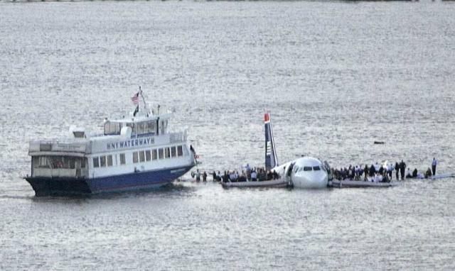 Flugvélin á Hudsoná skömmu eftir lendinguna.