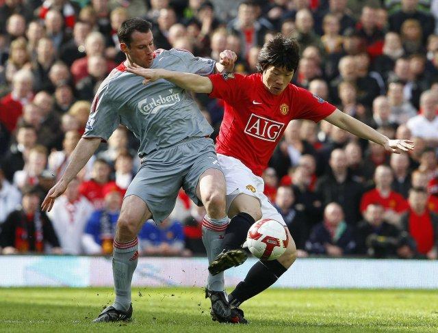 Park Ji-sung og Jamie Carragher í baráttunni á Old Trafford.