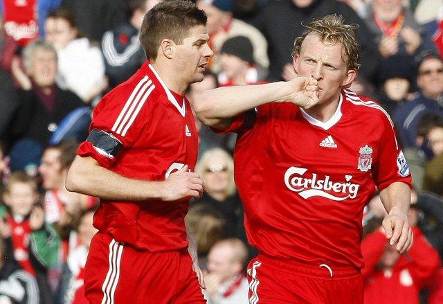 Steven Gerrard og Dirk Kuyt fagna fyrsta markinu sem Kuyt ...