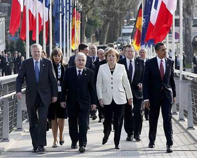 Leiðtogar NATO-ríkjanna í dag. Össur gengur á milli Angelu Merkel, ...