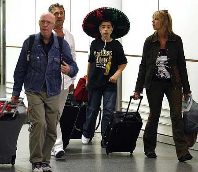 Ferðamenn flykkjast nú frá Mexíkó þar sem svínaflensan geisar.