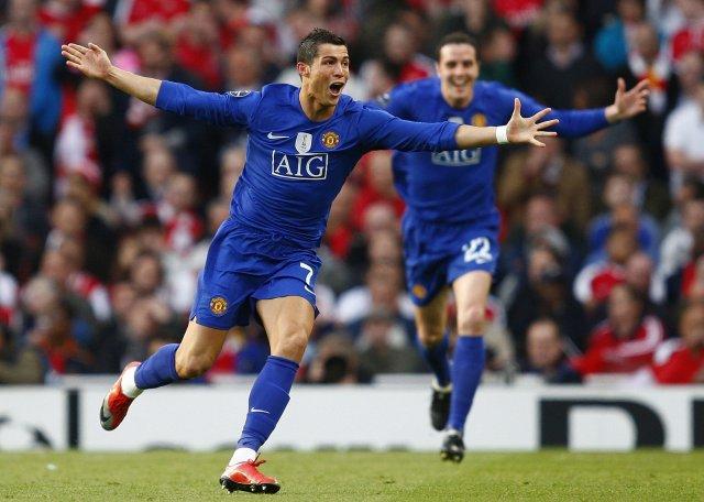 Cristiano Ronaldo fagnar hér marki sínu ásamt John O'Shea.