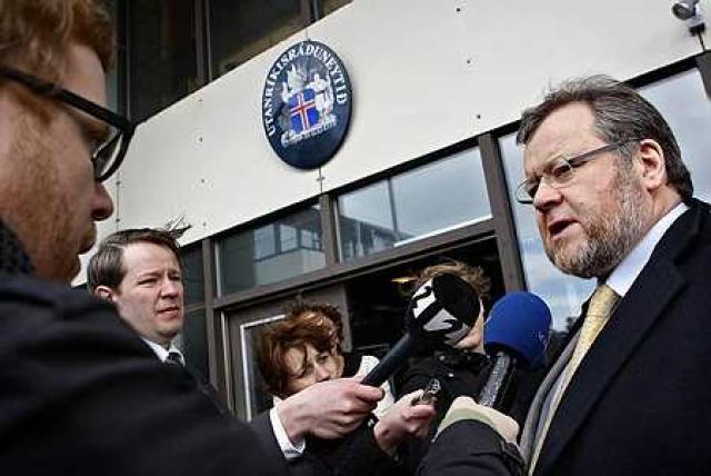 Össur Skarphéðinsson utanríkisráðherra ræðir við fréttamenn.