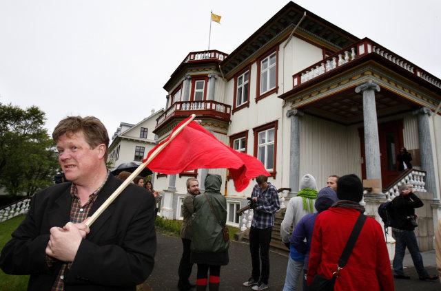 Hópur fólks var í og við Fríkirkjuveg 11 í kvöld.
