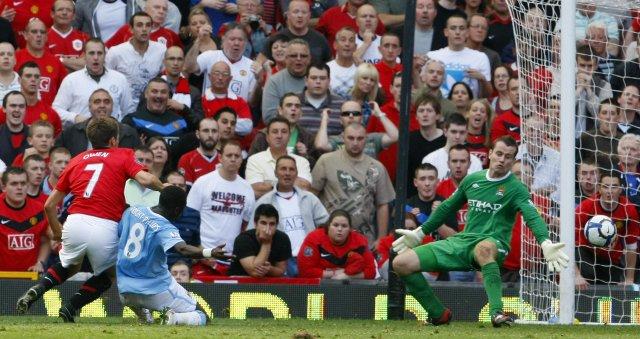 Michael Owen er hér að skora sigurmarkið gegn Manchester City ...