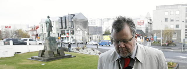 Össur Skarphéðinsson, utanríkisráðherra, kemur til ríkisstjórnarfundar í dag.