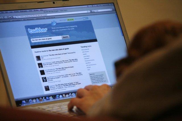 Facebook og Twitter eru afar vinsælir samskiptavefir.