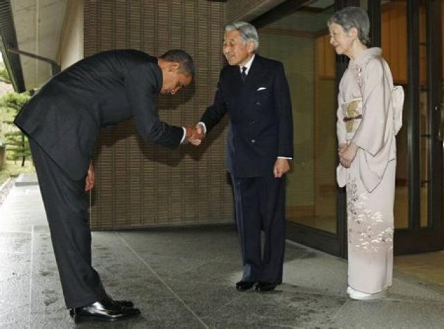 Barack Obama hneygir sig djúpt fyrir Akihito Japanskeisara.