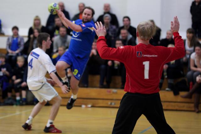 Jón Karl Björnsson fer innúr horninu og Arnar grípur í ...