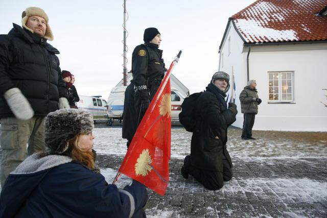 Mótmælendur settust á akveginn framan við Bessastaði og reyndu þannig ...