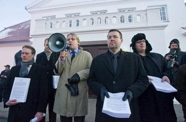 Fulltrúar InDefence á Bessastöðum með undirskriftalistana.