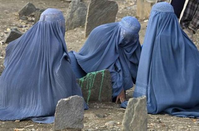 Afganskar konur huldar búrkum.