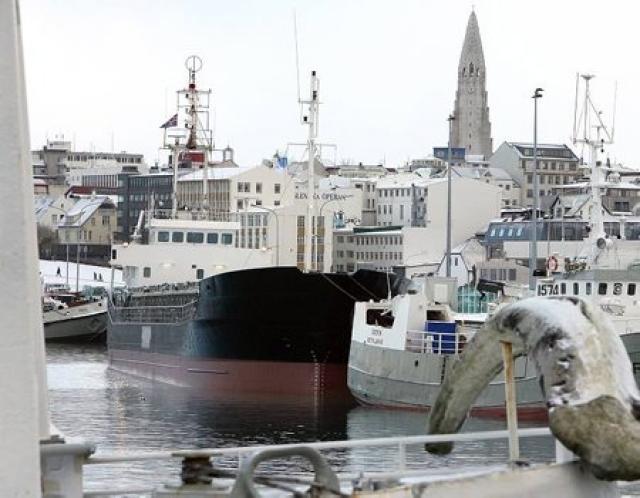 Flutningaskip í Reykjavíkurhöfn.