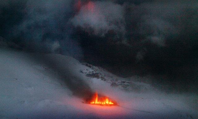 Eldgosið í Eyjafjallajökli nokkrum stundum eftir að það hófst.