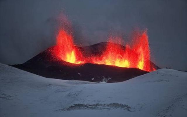 Byrjað er að hlaðast upp fjall á eldstöðvunum á Fimmvörðuhálsi.