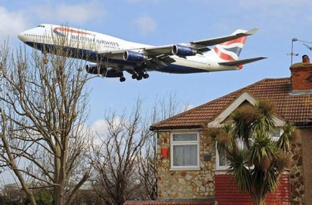 Flugvél British Airways kemur til lendingar á Heathrow flugvelli.