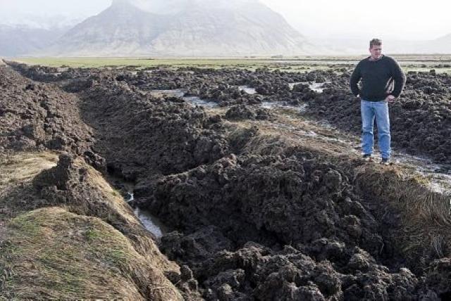 Þykkt lag af leir og framburði stíflar skurðina.